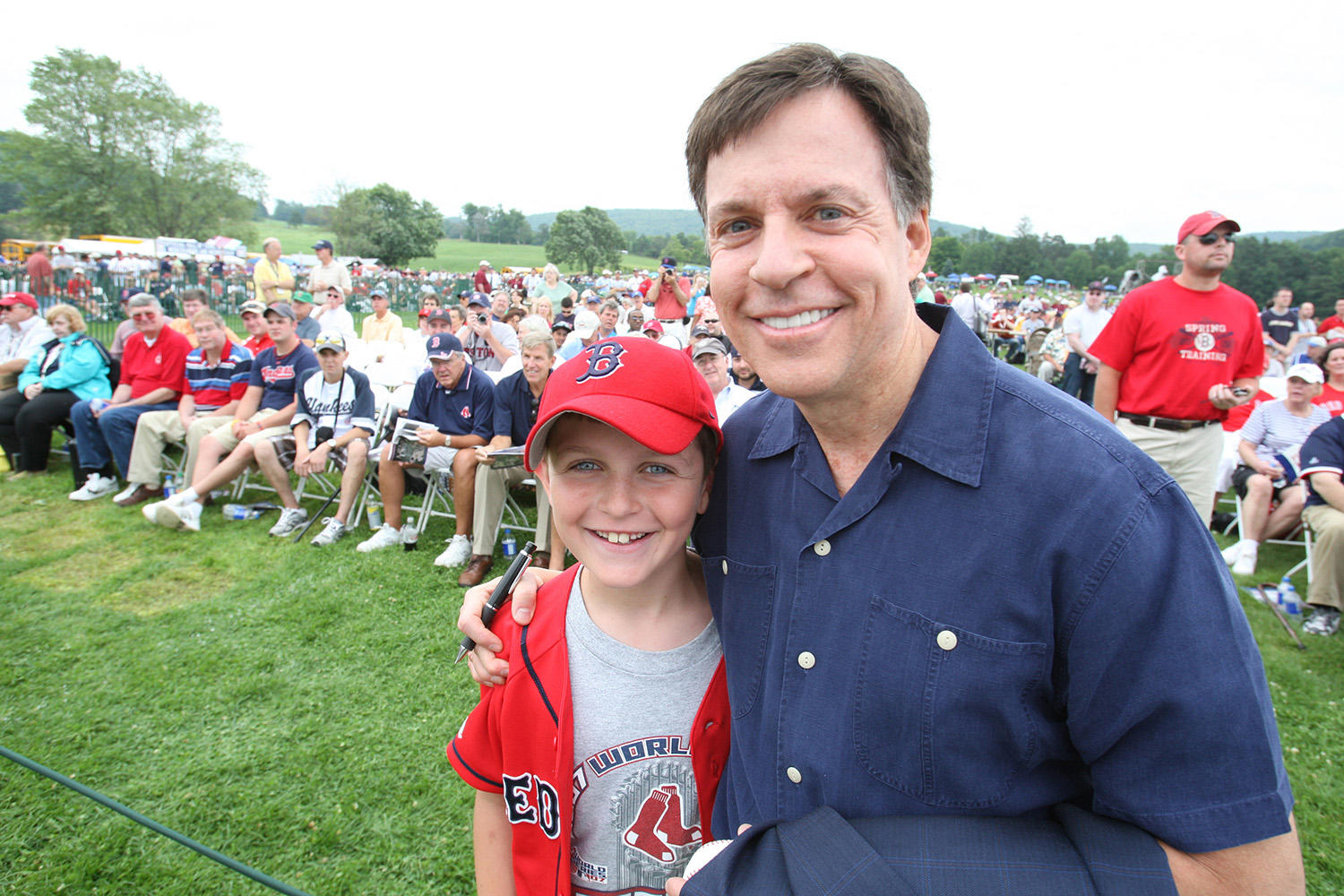 Bob Costas poses with a fan at the 2009 <em>Induction Ceremony</em> during Hall of Fame Weekend. (Bill Greenblatt/National Baseball Hall of Fame and Museum)