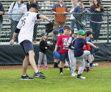 Jeff Francis shares pitching tips with young fans during the 2019 Hall of Fame Classic Clinic at Doubleday Field (Milo Stewart Jr./National Baseball Hall of Fame and Museum)