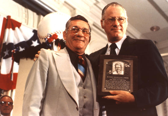 Bob Lemon and then-Commissioner Bowie Kuhn pose following Lemon's induction into the Hall of Fame on Aug. 9, 1976. (National Baseball Hall of Fame and Museum)
