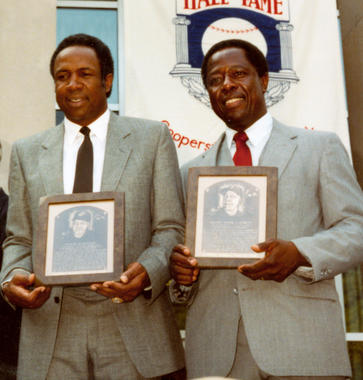 Hank Aaron, right, and Frank Robinson were inducted into the Hall of Fame on Aug. 1, 1982. (National Baseball Hall of Fame and Museum)