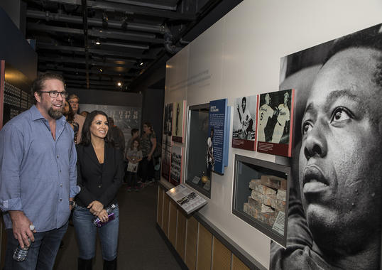 Jeff Bagwell and his wife Rachel check out the Hall of Fame's <em>Chasing the Dream</em> exhibit, which features artifacts from Hank Aaron's baseball career. (Milo Stewart Jr. / National Baseball Hall of Fame and Museum)