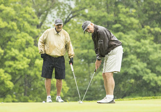 Hall of Famer Rollie Fingers looks on as Hall of Fame member Thomas J. Frawley of St. Louis, Mo., putts during the 2018 Cooperstown Golf Classic. (Milo Stewart Jr./National Baseball Hall of Fame and Museum)